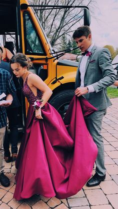 Dude looks so overwhelmed Pretty Prom Dresses, Hoco Dresses, Homecoming Dresses, Cute Dresses, Beautiful Dresses, School Dance Dresses, Simple Prom Dress, School Dances, Prom Party Dresses