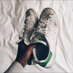 Witte sneakers zijn helemaal hip en in. Maar... ze mooi wit houden is niet gemakkelijk! Zo houd je ze kraaknet en stralend wit!