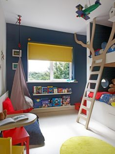 etagenbett baum-leiter modern-kinderzimmer ideen wand dunkel-blau
