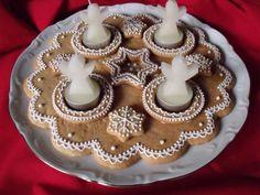 Gyönyörű karácsonyi dekorációk mézeskalácsból   24.hu Gingerbread Cake, Food Decoration, Xmas, Christmas, Birthday Candles, Cookies, Holiday, Desserts, Advent