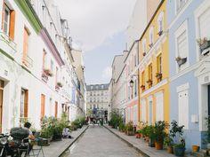 Nous partons découvrir une des plus jolies rues de Paris, la rue Crémieux. Avec des petites maisons aux façades colorées, elle est une magnifique parenthèse