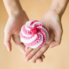See the step-by-step making of this crocheted swirly cupcake, perfect for pretend play or as a pin cushion! Free pattern via Twinkie Chan!