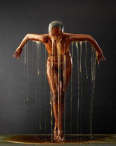 'Preservation' par Blake Little Il immortalise les portraits de gens couverts de miel