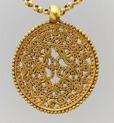 Collar bizantino del siglo VII. Filigrana y tubos de oro grabados.