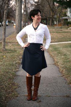 #Collar negro, #blusa blanca, #falda negra y #botas de cuero. Combinación de @Already Pretty.