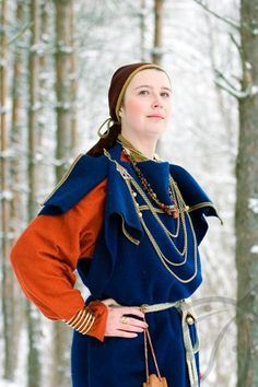 Dress reconstruction, Estonian iron age, wealthy woman from century, similar to Eura type dress from Finland. Viking Garb, Viking Reenactment, Viking Dress, Medieval Costume, Viking Clothing, Historical Clothing, Historical Costume, Woman Clothing, Iron Age