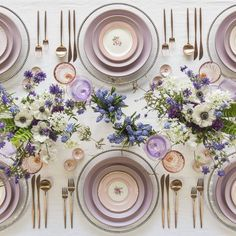 Feminine and chic rose gold table setting! Love this idea for a shower or dinner. Feminine and chic rose gold table setting! Love this idea for a shower or dinner… Feminine and chic rose gold table setting! Love this idea for a shower or dinner party Table D'or, Table Set Up, Dinner Table, Beautiful Table Settings, Wedding Table Settings, Wedding Ideias, Rose Gold Table, Modern Table, Tablescapes