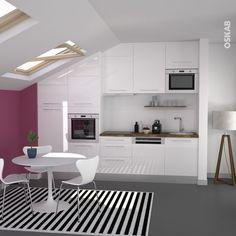 Petite cuisine aménagée sous pente, cuisine blanche brillante, mur fuchsia pour plus de tonus, plan de travail en bois lamellé, plinthe en inox, niche en hauteur pour le micro-ondes - www.oskab.com: