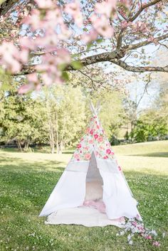 Learn how to create a DIY Teepee No Sew with this step-by-step tutorial. Easy and How To Make Teepee, No Sew Teepee, Diy Kids Teepee, How To Make Canvas, How To Make Diy, Wooden Centerpieces, American Girl Wellie Wishers, Summer Decorating, Spring Projects