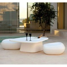 The coffee table Moma created by Javier Mariscal for Vondom conceals more than one asset! Contemporary Outdoor Furniture, Outdoor Furniture Design, Garden Furniture Sets, Deco Baroque, Pouf Design, Moma Collection, Cadeau Design, Stone Coffee Table, High Stool