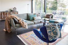 Faszinierendes Paisley Design in trendigen, dezenten Petroltönen #winterhome #wohnaccessoires #tagesdecke #plaids #SONNHAUS Winter House, Couch, Paisley, Furniture, Design, Home Decor, Home Decor Accessories, Ad Home, Homes