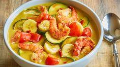 Die asiatische Küche ist bekannt für die Kombination von süßen und herzhaften Zutaten. In dem Rezept für Kokos-Bananen-Curry treffen genau diese Geschmäcker aufeinander. Zucchini, Banane und Scampi machen den Genuss rund.