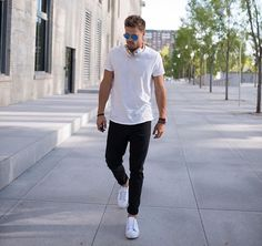 Style Fashion man T-shirt blanc Jeans noir Baskets blanches