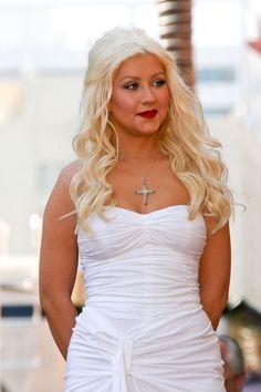 Christina Aguileras straight, blonde hairstyle