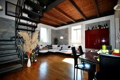 Bellissimo appartamento su due livelli in zona verde e tranquilla tra Collecchio e Parma. L'alloggio è il risultato di una recente ristrutturazione di una ex casa colonica della quale l'impresa di costruzione ha sapientemente mantenute le caratteristiche originali.