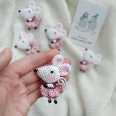 Как только эта мышь появилась в моей ленте (в январе это было) поступил заказ. Заказ на 200 таких брошек. К Новому 2020 году🙈🙈🙈 Судя по… Crochet Bunny Pattern, Crochet Rabbit, Crochet Mouse, Crochet Patterns Amigurumi, Cute Crochet, Amigurumi Doll, Knit Crochet, Crochet Brooch, Stuffed Toys Patterns