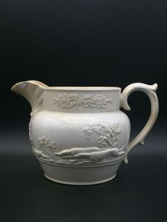 Rogers cremeware jug ca. 1825. Decor : foxhounds. Antique very early moulded jug.