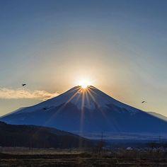 カラスが三羽 飛んでった  忍野村のダイヤモンド富士  2016.12.19 #fujisan #富士山 #山梨県 #忍野村 #kings_meteo #team_jp_東 #lovers_nippon #loves_nippon #wp_japan #photosunsets_nat #キタムラ写真投稿