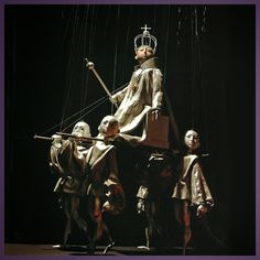 amazing puppet parade theatre marionettes of a king on his parade chair Títere Peralta – Séquito de Carlomagno