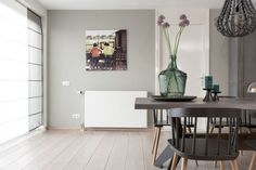 Gravel Grey in deze hoek van de woonkamer van Muserref en Battal, rust en ruimte naast de andere wat intense kleuren in hun woonkamer.