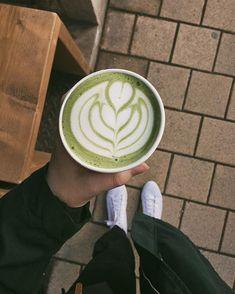 Né nadarmo se říká že když vypiješ kafe tak vody musíš dvakrát víc  I já jako velkej kávoholik jsem zjistila že mám celkem tenkou hranici na kofein a hodně rychle se dokážu překofeinovat  Pak upadám do kofeinovýho kóma a neni to teda nic moc příjemnýho co si budem  Často se mě hodně z vás ptá kolik já vlastně toho kafe vypiju  A fakt se budete divit ale zas tolik ho neni  Po dvou zkušenostech s kofeinovym kómatem si už fakt dávám majzla a filtr si dávám maximálně 2x denně  Ráda si pak ale svoji kofeinovou citlivost kompenzuju třeba skvělym matcha latté s ovesnym mlíčkem Latte, Drinks, Instagram, Drinking, Beverages, Drink, Beverage