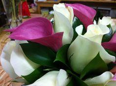 Calas fucsias y rosas blancas son símbolo de amor verdadero - ramo de novia - bridal bouquet - boda - www.quedeflores.com
