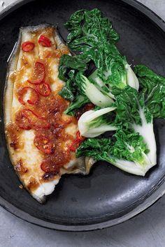 BEREIDINGLeg de tong op een bakplaat of in een ovenschaal. Meng de gember, siroop, rode peper, de helft van de knoflook, en de sojasaus in een klein...