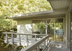 I need a deck railing idea (Outdoor Wood Railing) Horizontal Deck Railing, Wood Railing, Balcony Railing, Deck Railings, Balcony Deck, Railing Ideas, Modern Balcony, Modern Deck, Mid-century Modern