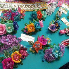 No hay descripción de la foto disponible. Beaded Flowers, Headpiece, Bridal Hair, Custom Design, Projects To Try, Floral Wreath, Jewelry Making, Beads, Instagram
