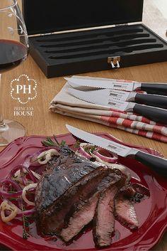 Prepara unos sabrosos filetes de carne con glaseado de café. Disfrútalos aún más al cortarlos en bocadillos deliciosos con tus Cuchillos para carne Culinario Series™.