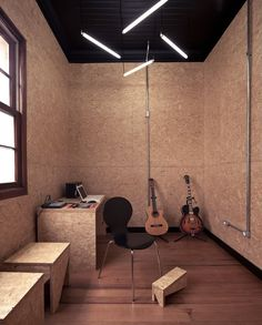 I love the use of raw sheet goods for wall covering arquitetos: ecletica centro de musica Home Music, Home Studio Music, Chipboard Interior, Studio Interior, Interior Design, Faux Stone Panels, Studio Shed, Music School, Office Interiors