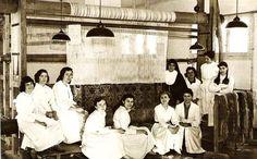 """""""Taller de telares del colegio de las salesianas en Madrid, la segunda por la izquierda es mi cuñada en el año 1959""""."""