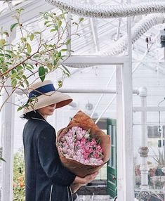 ABBY MATSES • BOSTON Blogger Style Inspiration | Cool Chic Style Fashion Flower Centerpieces, Flower Arrangements, Daily Fashion, Style Fashion, Tumblr Girls, Floral Bouquets, Boston, Floral Design, Luxury Fashion