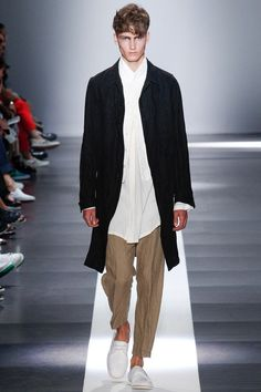 See all the Collection photos from Ann Demeulemeester Spring/Summer 2015 Menswear now on British Vogue Fashion Week Hommes, Fashion Week 2015, Mens Fashion Week, Fashion Show, Fashion Design, Paris Fashion, Men's Fashion, Ann Demeulemeester, Mode Man