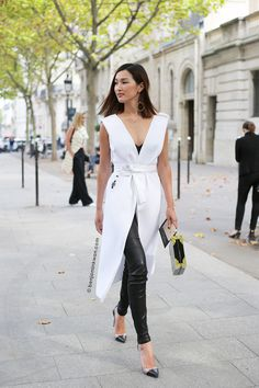 Nicole Warne at Roland Mouret SS 2016 Paris Snapped by Benjamin Kwan Paris Fashion Week Look Fashion, Daily Fashion, Womens Fashion, Fashion Design, Nicole Warne, Mode Chic, Business Outfit, Street Chic, Inspired Outfits