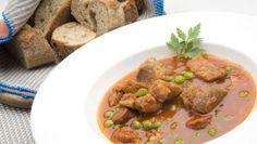 Karlos Arguiñano prepara carcamusas, un guiso de carne magra de cerdo con verduras de temporada, guisantes y salsa de tomate. Este plato es tradicional de la cocina castellana y se prepara principalmente en Toledo.
