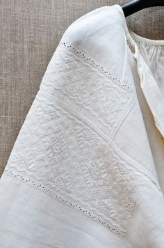 Embroidery On Clothes, Embroidery Patterns, Hand Embroidery, Folk Costume, Embroidered Blouse, Ethnic Fashion, Pakistani Dresses, Traditional Outfits, Modest Fashion