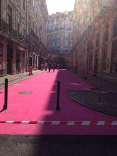 Rua cor de rosa no Cais do Sodré, Lisboa, Portugal