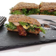 """""""Closeup foto af den sprødeste club sandwich med frisk salat, den klassiske karry creme og sprød bacon (verdens bedste krydderi). Velbekomme #clubsandwich…"""""""