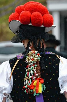 ~Schwarzwald-Mädel mit rotem Bollenhut, unverheiratete Frauen tragen den roten Bollenhut, verheiratete Frauen den schwarzen Bollenhut - Gutachtal~