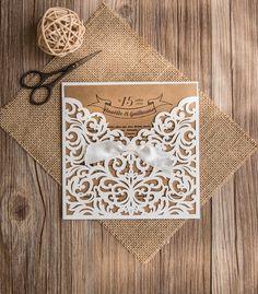 Faire-part mariage dentelle et kraft. Se marie à merveille avec un mariage naturel, bois et champêtre. www.toi-moi-atelier.com