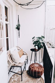 85 kleine Wohnung Balkon Dekoration Ideen – Wholehomekover Informations About 85 small apartment balcony decorating ideas – Homekover Pin You … Small Balcony Decor, Tiny Balcony, Balcony Ideas, Balcony Garden, Small Terrace, Small Balconies, Patio Ideas, Balcony Flowers, Balcony Plants