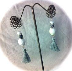 Pendientes con cristales facetados blancos,bola cristal gris, piezas metálicas y pompones de algodón gris: 7€