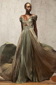J. Mendel Pre-Fall 2019 fashion show collection - Beauty Tips & Tricks - J. Mendel Pre-Fall 2019 fashion show collection : J. Mendel Pre-Fall 2019 fashion show collection - Beauty Tips & Tricks - J. Mendel Pre-Fall 2019 fashion show collection 2019 - # Vestidos Fashion, Fashion Dresses, Beautiful Gowns, Beautiful Outfits, Traje Black Tie, Party Mode, Business Mode, Looks Chic, Fashion Show Collection