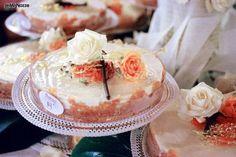 http://www.lemienozze.it/gallerie/torte-nuziali-foto/img17671.html  Torta nuziale classica con rose rosa e bianche
