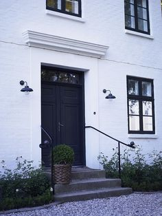 love this entrance. Front Door Steps, Front Stairs, Porch Steps, Modern Country, Exterior Handrail, Victorian Stairs, Estilo Tudor, White Exterior Houses, Door Entryway