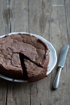 Dreierlei Liebelei - Schokoladen-Mandel-Kuchen - viel Schokolade, viel Butter, Eier, Zucker, Mandeln - ohne Mehl - http://dreierlei-liebelei.de/mein-lieblingskuchen-schoko-mande/