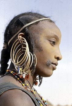 NIGER Bororo ( Wodaabe) woman with silver earrings, Chadawanka village (Eliot Elisofon, We Are The World, People Around The World, Fulani People, African Tribes, Walmart Jewelry, Body Modifications, African Beauty, Tribal Jewelry, Body Mods