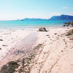 Vi hadde en feriedag på denne flotte stranden, Rørvik ved Henningsvær. Helt utrolig vakkert #norge #north #norway #nordicliving #lofoten#henningsvær#rørvik#strand#rørvikstranda#nordnorge#ro #inspirasjon #instamood #beach#natur#nature#bluesky#blåhimmel#hav#saltvann#ferie#holiday