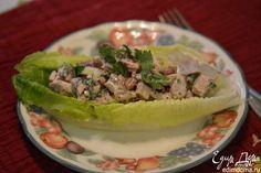 Подаем салат на листьях романо салата. Приятного аппетита.